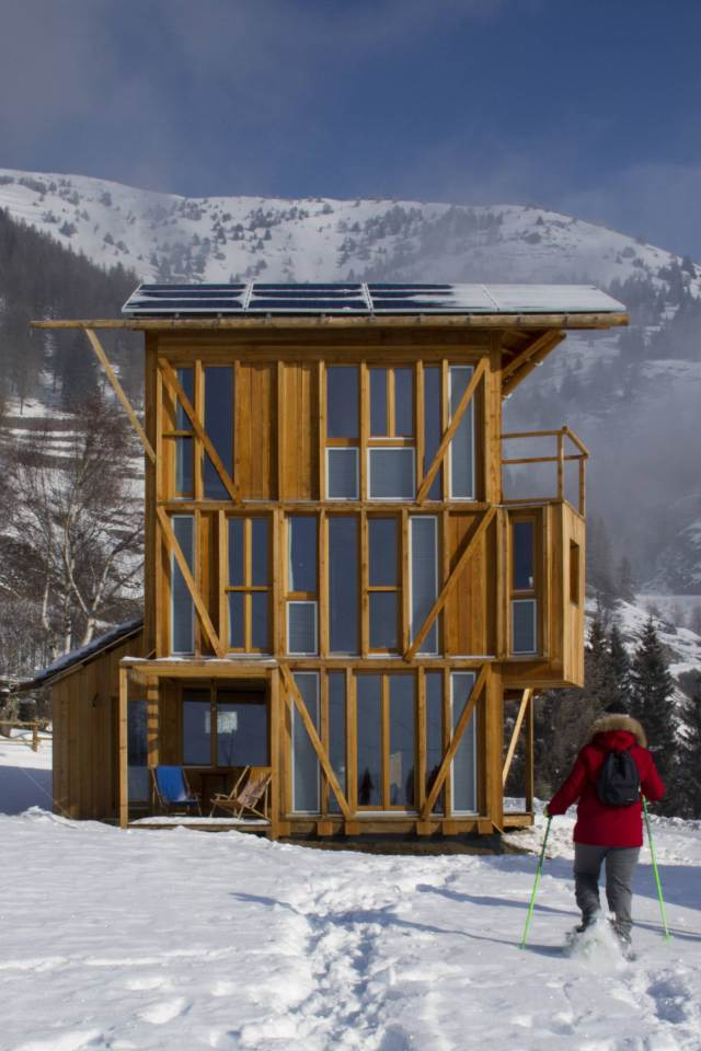 energy saving earth wooden house with solar power (3)