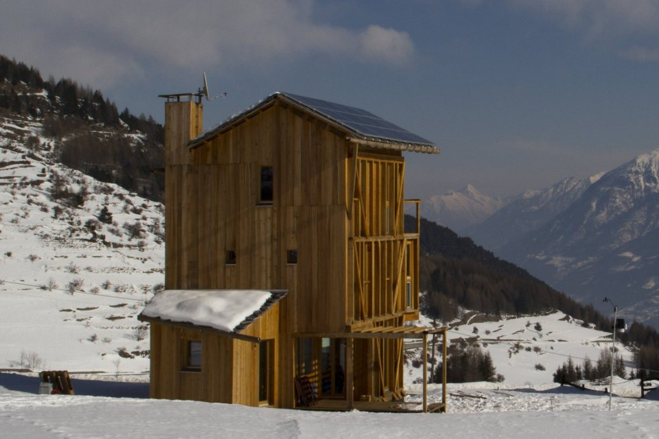 energy saving earth wooden house with solar power (5)