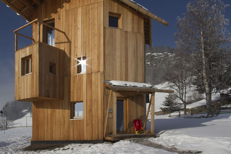 energy saving earth wooden house with solar power (8)