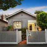 แบบบ้านสำหรับครอบครัว ออกแบบด้วยรูปทรงเรียบง่าย ตกแต่งอย่างสวยงามสบายตา