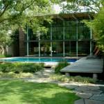 บ้านสองชั้นแนวโมเดิร์นลอฟท์ เสริมความหรูหราด้วยกระจก พร้อมพื้นที่สวนสีเขียวและสระน้ำ