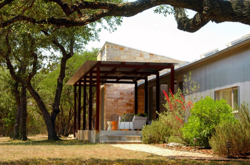 metal sheet house in countryside texas (2)