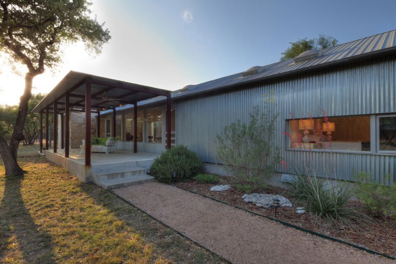 metal sheet house in countryside texas (3)