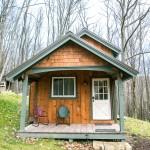 บ้านไม้หลังเล็กจิ๋ว แต่การใช้งานครบครัน ขนาด 2 ห้องนอนในงบราคาสุดประหยัด