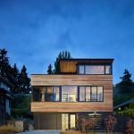 บ้านแนวโมเดิร์น ตกแต่งด้วยไม้และกระจกอย่างเป็นเอกลักษณ์ ในบรรยากาศริมทะเลสาบ