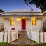บ้านไม้ชั้นเดียว ออกแบบเป็นทาวน์โฮมสไตล์วินเทจ ให้อารมณ์เรียบง่ายสบายๆ