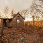 บ้านกระท่อมสองชั้น ขนาดเล็กเพียง 45 ตร.ม. สำหรับการพักผ่อนกับโลกธรรมชาติ