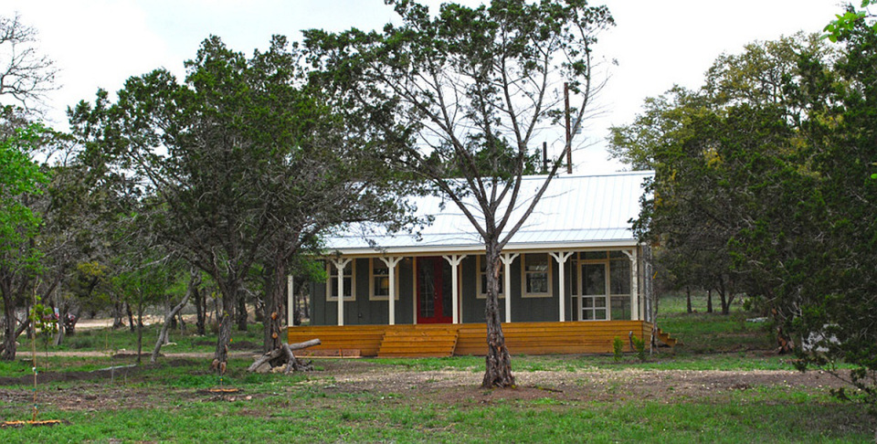 wooden cottage country house in texas (1)