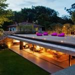บ้านแนวคิดเพื่อการพักผ่อน ตกแต่งโปร่งโล่งสบาย โดดเด่นด้วยพื้นที่นั่งเล่นบนดาดฟ้า