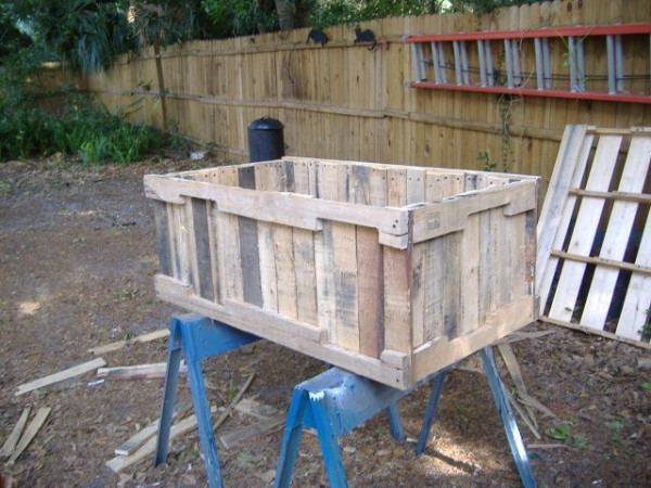 Planter-from-pallets-no-nail-pull-method-600x450