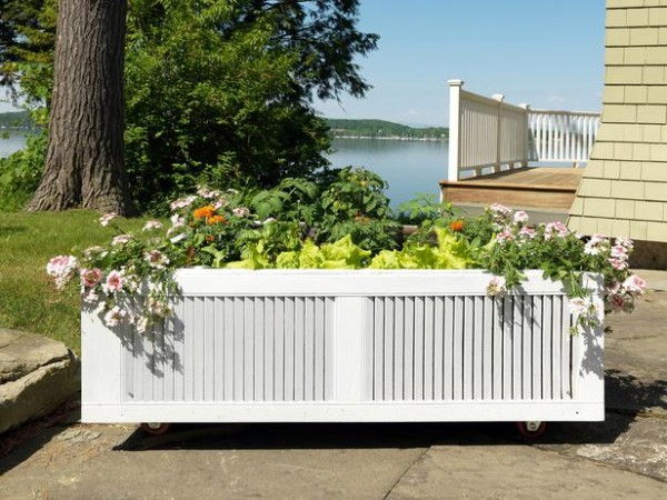 Raised-Garden-Bed-From-an-Old-Shipping-Pallet-600x450