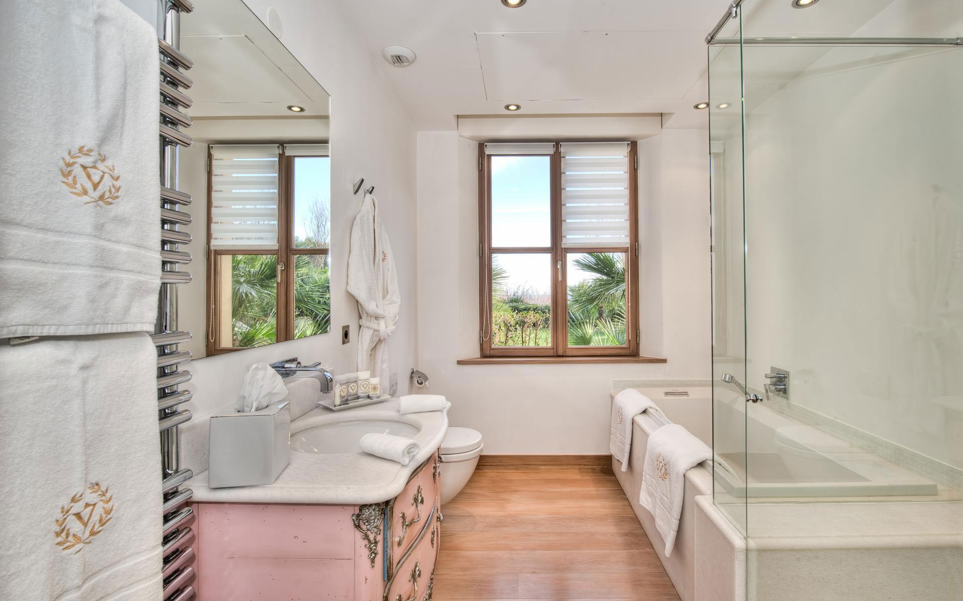 Stylish-Modern-Bathroom-Design-12