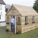 บ้านไม้คอมแพ็คหลังเล็กจิ๋ว ออกแบบทรงกล่องน่ารัก ให้ไปประยุกต์ใช้งานในงบประมาณจำกัด