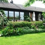 บ้านกระท่อมในแบบเรียบง่าย พร้อมพื้นที่พักผ่อนในสวน และแปลงดอกไม้เป็นธรรมชาติ