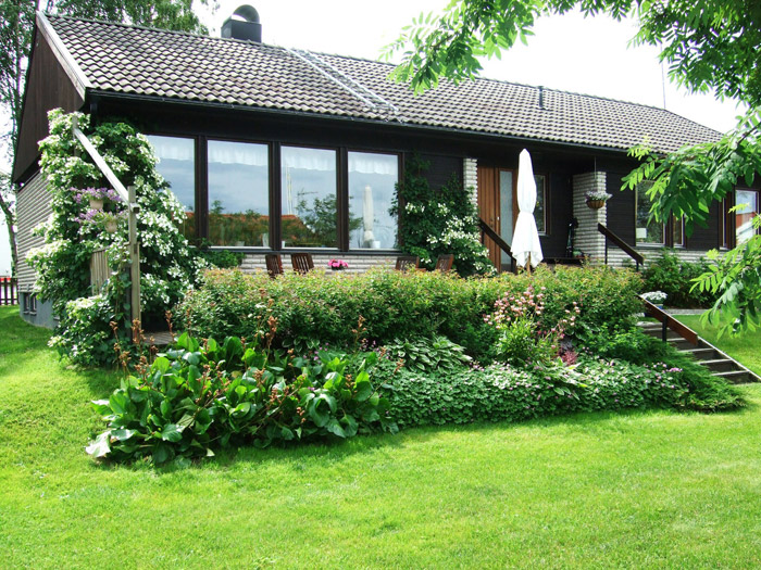 cottage house country with beautiful elegant garden (1)