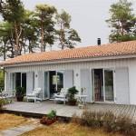 บ้านรูปทรงคอทเทจสีขาว สร้างด้วยไม้หลังคามุงกระเบื้อง ตกแต่งภายในโล่งตาน่ารักน่าอยู่