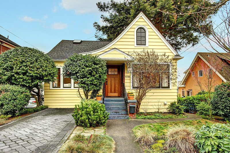 country cottage yellow wooden house in seattle (1)
