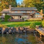 บ้านสองชั้นสไตล์คันทรี กับบรรยากาศพักผ่อน ในสวนและสนามหญ้าสีเขียวริมทะเลสาบ