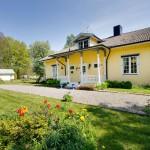 บ้านกระท่อมไม้สีเหลือง ออกแบบแนวคันทรี ดูน่ารักอบอุ่น กับบรรยากาศธรรมชาติ