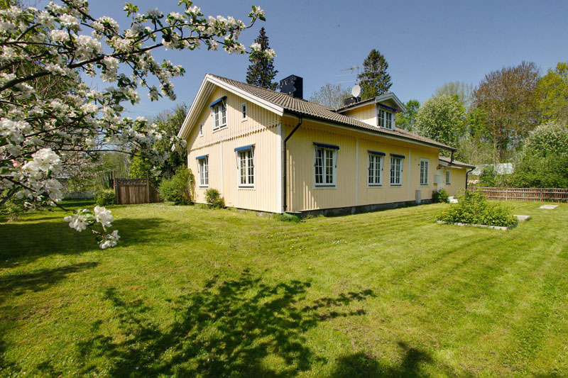 country yellow wood cottage house from sweden countryside (5)