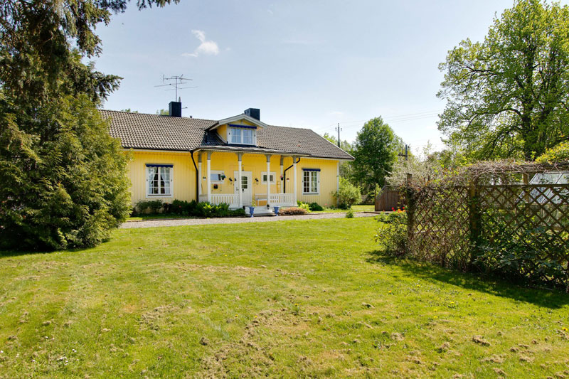 country yellow wood cottage house from sweden countryside (6)