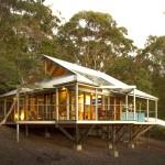 แบบบ้านกระท่อม Eco Cottage ออกแบบใต้ถุนยกพื้นสูง ภายนอกโดดเด่นภายในโล่งตา