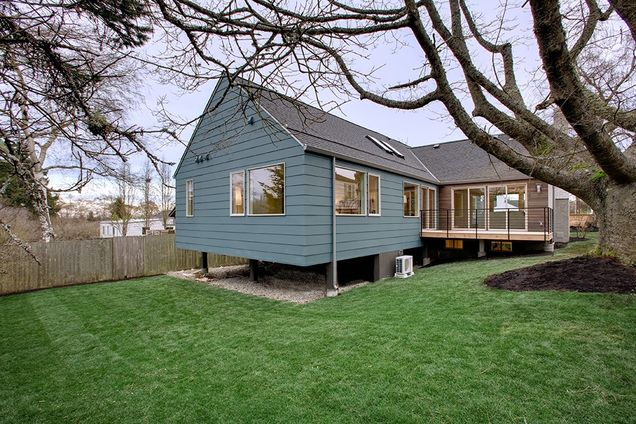 large cottage contemporary style for big family (20)