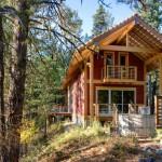 แบบบ้านกระท่อมไม้ชั้นครึ่งขนาดกลาง ออกแบบดูอบอุ่นแต่ทันสมัย ให้ครอบครัวเล็กๆ