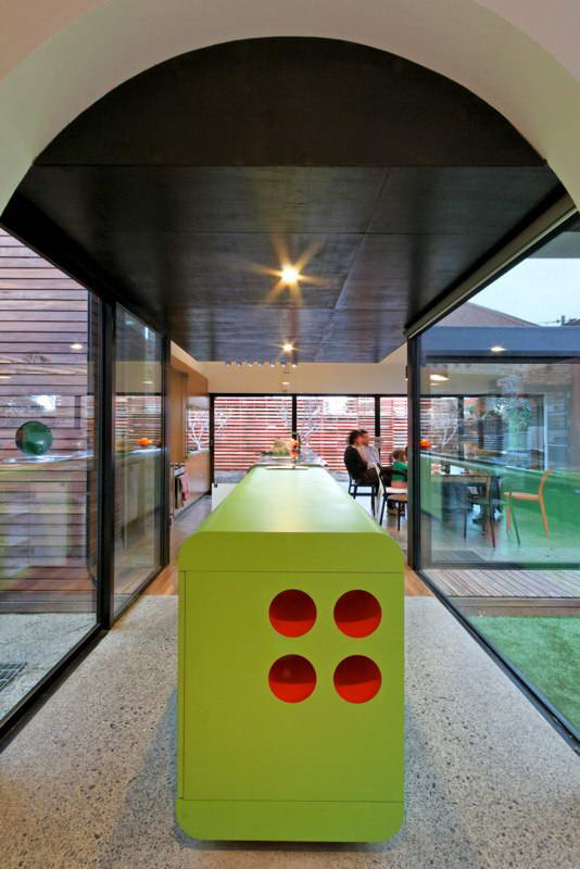 modern box compact house with vivid color in australia (10)