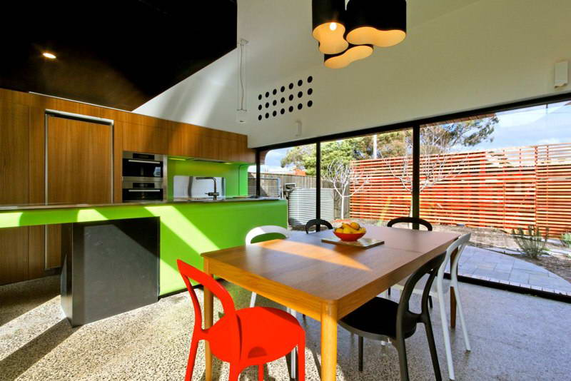 modern box compact house with vivid color in australia (14)