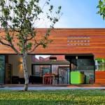 บ้านทรงกล่อง ออกแบบให้โค้งเว้าสวยงาม ตกแต่งภายในสีสันสดใส ดูมีชีวิตชีวา