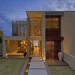 บ้านสองชั้นแบบโมเดิร์นร่วมสมัย ตกแต่งอย่างเรียบหรูโดดเด่น ด้วยกระจกและไม้ระแนง