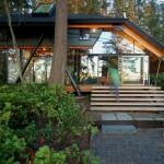 บ้านแบบโมเดิร์นคอทเทจ สร้างให้ดูโปร่งด้วยผนังกระจก ในบรรยากาศธรรมชาติริมทะเลสาบ