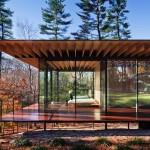 บ้านยกพื้นสูง ออกแบบผสมผสานด้วยไม้และผนังกระจก ให้เกิดความโปร่งเป็นเอกลักษณ์