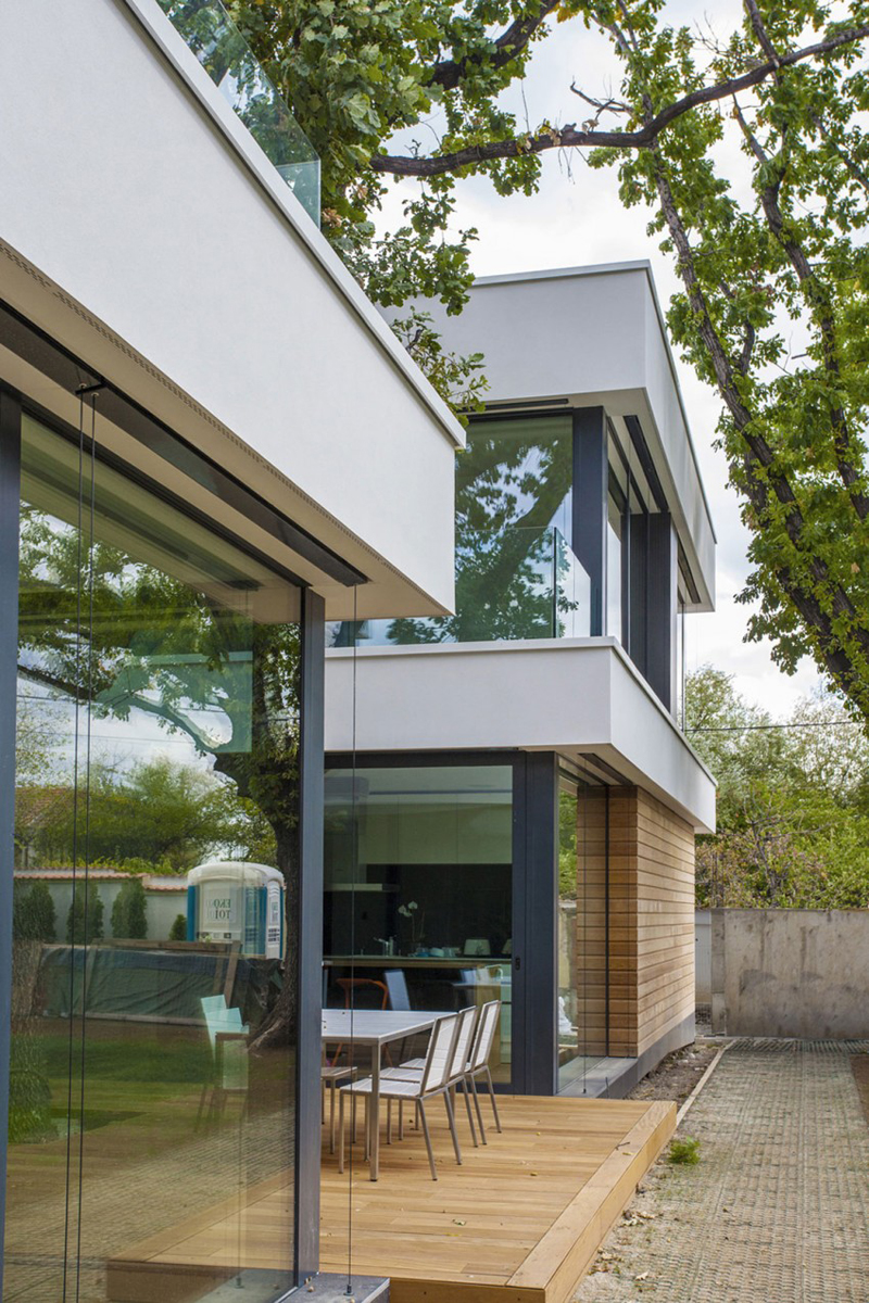 modern house with green yard oak tree (1)