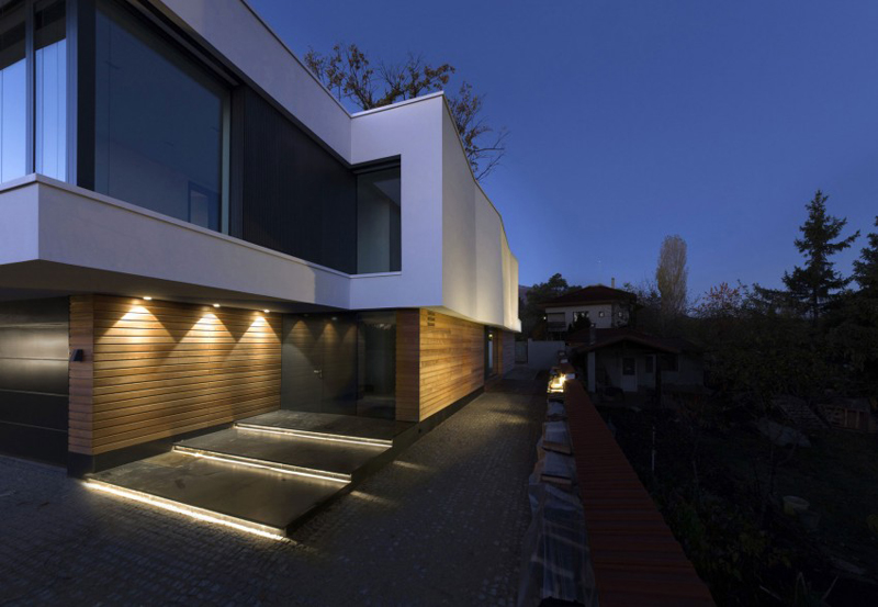 modern house with green yard oak tree (12)