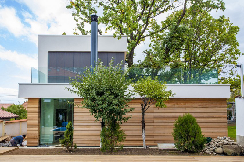 modern house with green yard oak tree (2)