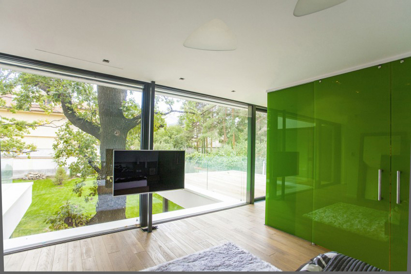 modern house with green yard oak tree (5)