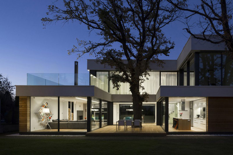 modern house with green yard oak tree (9)