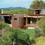 บ้านไม้แนวโมเดิร์นโทรปิคอล ออกแบบให้อากาศไหลเวียน ประหยัดพลังงานใช้โซลาร์เซลล์