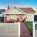 บ้านชั้นเดียวรูปทรงคอทเทจเรียบง่าย ภายในแฝงด้วยการตกแต่งแบบโมเดิร์น ดูโล่งและทันสมัย