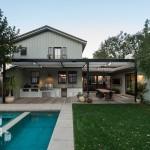 รีโนเวทบ้านเก่า สร้างบรรยากาศโล่งสบายแบบร่วมสมัย พร้อมสวนและสระว่ายน้ำนอกบ้าน