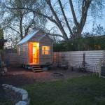 บ้านกระท่อมหลังจิ๋วรูปทรงเรียบง่าย สร้างเอาไว้ในสวนหลังบ้าน ติดล้อพร้อมไปเที่ยว