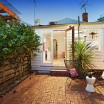 แบบบ้านและสวนหลังเล็ก ออกแบบสำหรับคนงบน้อย พร้อมพื้นที่นั่งเล่นพักผ่อนสบายๆ