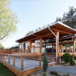 บ้านตากอากาศริมน้ำ สร้างด้วยไม้ออกแบบอย่างเป็นเอกลักษณ์ ในบรรยากาศพักผ่อนแท้จริง