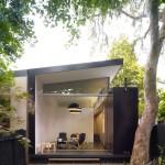 บ้านชั้นเดียวออกแบบหลังคาลาดเอียงเก๋ๆ ในสไตล์โมเดิร์น พร้อมความร่มรื่นของสวนสวย