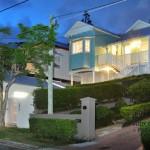 ไอเดียบ้านที่ตั้งอยู่บนเนิน ออกแบบภายนอกเรียบง่าย ภายในแต่งแบบโมเดิร์นทันสมัย