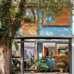 บ้านโมเดิร์นร่วมสมัย โดดเด่นด้วยสีสันสดใสสบายตา กับบรรยากาศสวนร่มรื่น