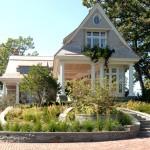 บ้านกระท่อมรูปแบบคลาสสิค ตกแต่งแนวโคโลเนียล ท่ามกลางสวนอันสงบร่มรื่น