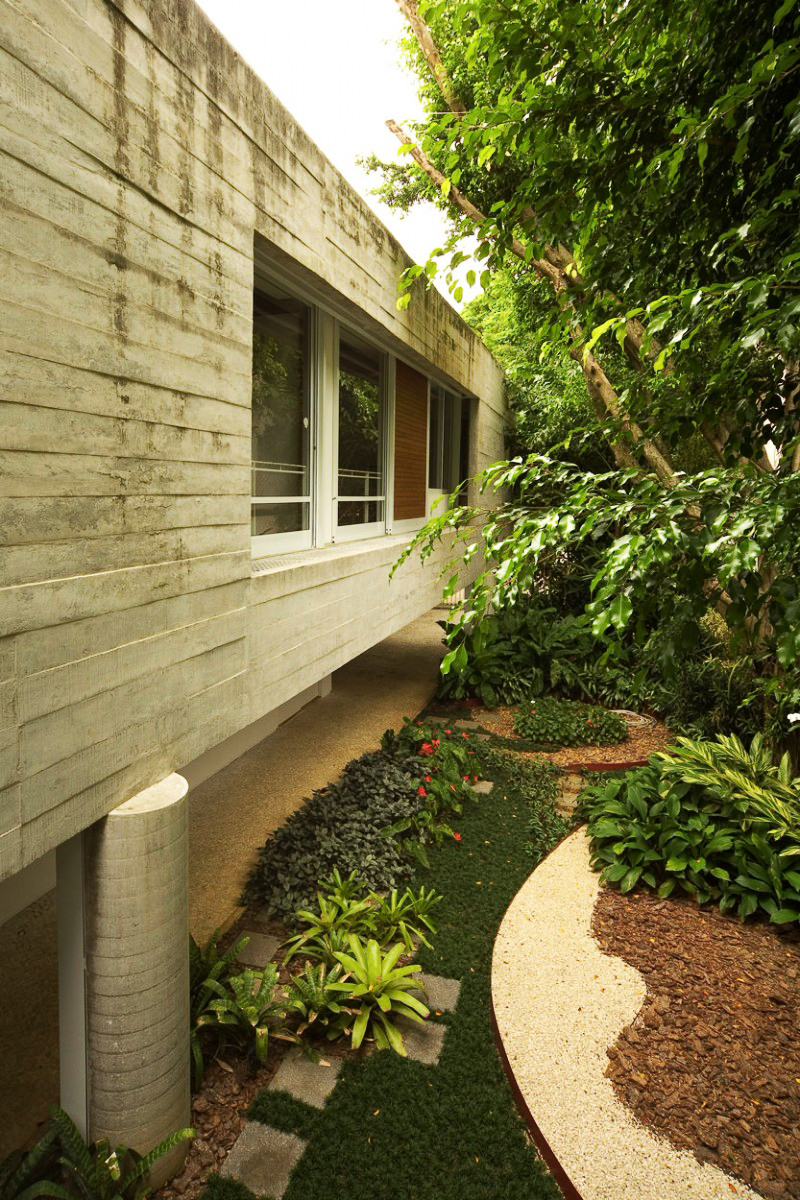 concrete modern residence in brazil with beautiful garden  (5)